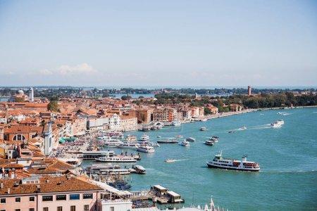 Photo pour Vue d'anciens bâtiments, bateaux à moteur et vaporettos flottant sur la rivière à Venise, Italie - image libre de droit