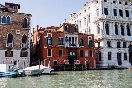 Photo pour Fleuve avec bateaux à moteur près d'anciens bâtiments à Venise, Italie - image libre de droit
