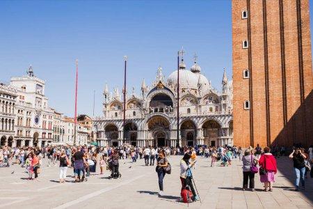 Photo pour Venise, Italie - 24 septembre 2019 : touristes marchant près de la basilique Saint-Marc et de la tour de l'horloge à Venise, Italie - image libre de droit