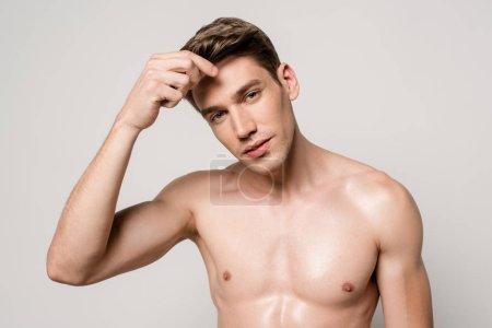 Photo pour Homme sexy avec peigne de maintien du torse musculaire isolé sur gris - image libre de droit
