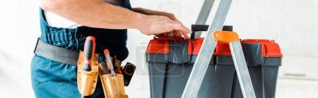 Foto de Foto panorámica del instalador de pie en la escalera y caja de herramientas de sujeción. - Imagen libre de derechos