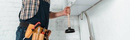 Foto de Foto panorámica de la suciedad del instalador cerca de este grifo en la cocina. - Imagen libre de derechos