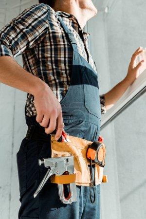Foto de Vista panorámica del instalador en el cinturón de herramientas y despliega con pinzas. - Imagen libre de derechos