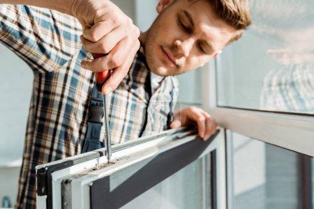 Foto de Enfoque selectivo del atractivo controlador de arranque del instalador cerca de la ventana. - Imagen libre de derechos