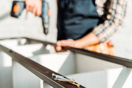Photo pour Foyer sélectif de clous métalliques près de l'installateur - image libre de droit