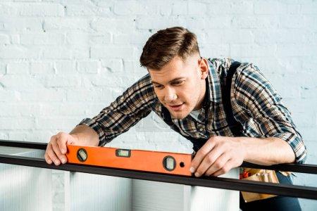 Foto de Manteniendo el nivel de construcción del instalador con la medición de rack. - Imagen libre de derechos