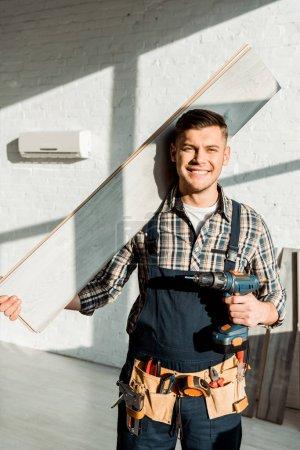 Foto de Alegre plataforma de soporte para el instalador y taladro de martillo. - Imagen libre de derechos