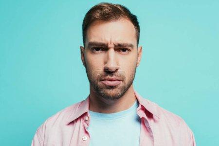 Photo pour Portrait d'un bel homme sérieux regardant la caméra, isolé en bleu - image libre de droit