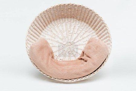 Photo pour Panier en osier avec couverture douce sur blanc - image libre de droit