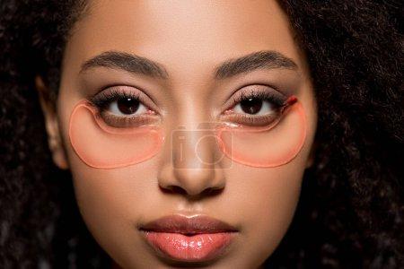 Photo pour Belle afro-américaine fille avec hydrogel yeux patchs - image libre de droit