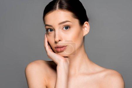 Photo pour Belle femme nue à la peau parfaite, isolée sur grise - image libre de droit