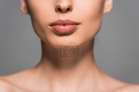 Photo pour Crochet vue de fille avec peau parfaite, isolée sur grise - image libre de droit