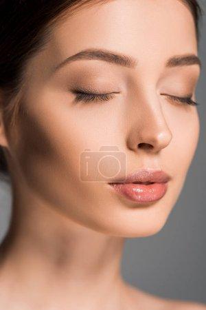 Photo pour Portrait de belle fille aux yeux fermés, isolé sur gris - image libre de droit