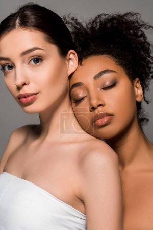 Photo pour Portrait de femmes multiculturelles tendres à la peau parfaite, isolées sur grise - image libre de droit