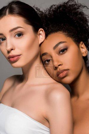 Photo pour Portrait de femmes multiculturelles tendres à la peau propre, isolées sur gris - image libre de droit