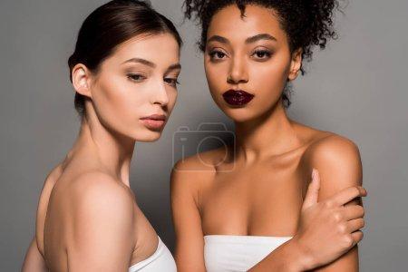 Photo pour Portrait de belles femmes multiculturelles à la peau parfaite, sur fond gris - image libre de droit