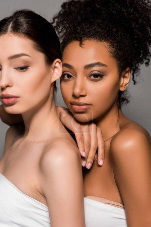 Photo pour Portrait de femmes multiethniques tendres au visage propre, isolées sur grise - image libre de droit