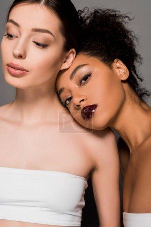 Photo pour Portrait de belles filles multiculturelles à la peau parfaite, sur gris - image libre de droit