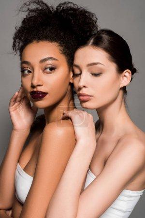 Photo pour Portrait de belles femmes multiethniques à la peau parfaite, isolées sur grise - image libre de droit
