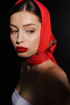 Photo pour Jolie femme élégante avec écharpe rouge, isolé sur noir - image libre de droit