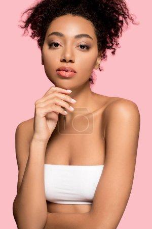 Photo pour Portrait de belle fille afro-américaine au visage propre, isolée sur rose - image libre de droit