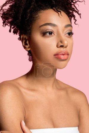 retrato de chica afroamericana desnuda con la cara limpia, aislado en rosa