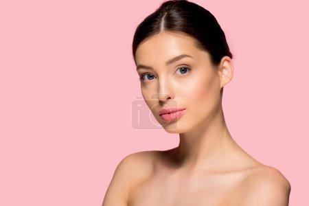 Photo pour Portrait d'une belle fille nue à la peau parfaite, isolée sur rose - image libre de droit