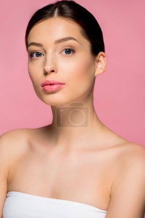 Photo pour Portrait de fille séduisante à la peau propre, isolée sur rose - image libre de droit