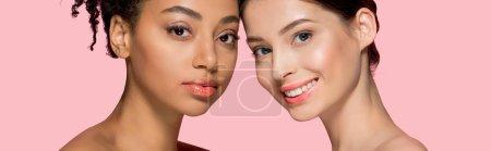 Foto de Foto panorámica de atractivas niñas multiculturales con piel limpia, aisladas en rosa. - Imagen libre de derechos
