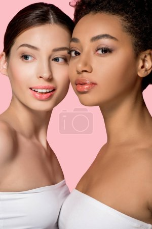 Photo pour Portrait de filles multiculturelles séduisantes à la peau propre, isolées sur rose - image libre de droit