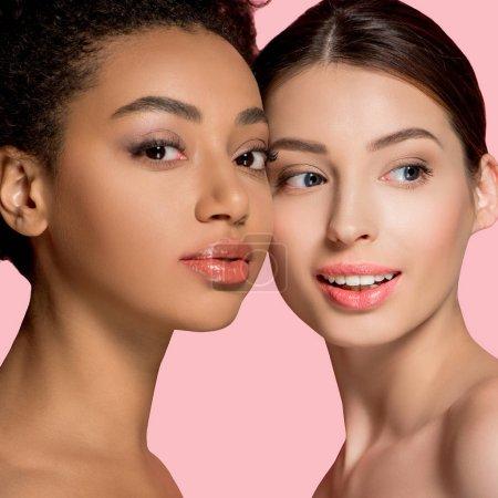 Photo pour Portrait de filles multiculturelles positives à la peau parfaite, isolées sur rose - image libre de droit