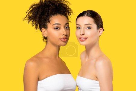 Photo pour Portrait de belles filles multiethniques à la peau parfaite, isolées sur jaune - image libre de droit