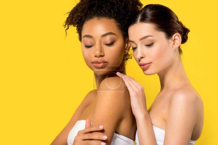 Photo pour Portrait de jolies filles multiculturelles à la peau parfaite, isolées sur jaune - image libre de droit
