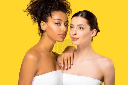 Photo pour Portrait de belles femmes multiculturelles, isolées sur jaune - image libre de droit