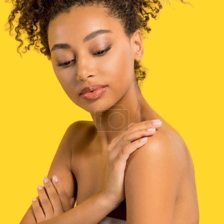 Porträt eines zarten afrikanisch-amerikanischen Mädchens mit reinem Gesicht, isoliert auf gelb