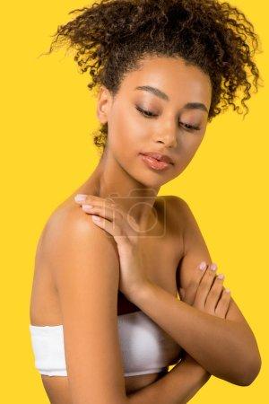 Photo pour Portrait de belle afro-américaine au visage propre, isolée sur jaune - image libre de droit
