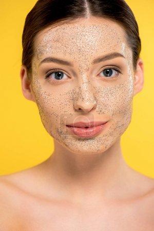 Photo pour Portrait de jolie fille nue avec masque, isolé sur jaune - image libre de droit