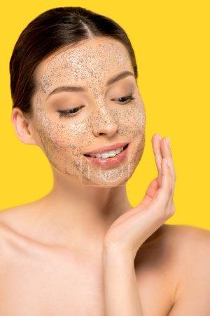Photo pour Portrait de fille nue souriante appliquant masque peeling, isolé sur jaune - image libre de droit