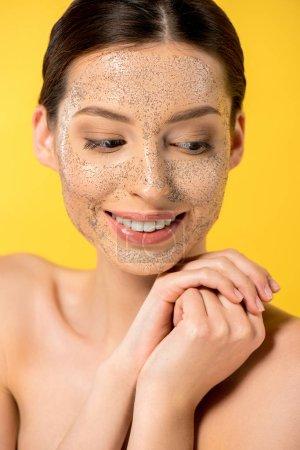 Photo pour Jeune femme souriante avec masque peeling, isolée sur jaune - image libre de droit