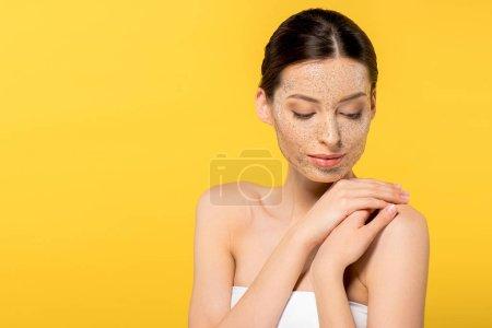 Photo pour Tendre jeune femme avec masque pelant, isolé sur jaune - image libre de droit
