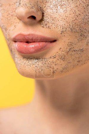 Photo pour Vue recadrée de jeune femme avec masque peeling, isolée sur jaune - image libre de droit