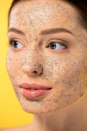 Photo pour Jolie femme avec masque peeling, isolée sur jaune - image libre de droit