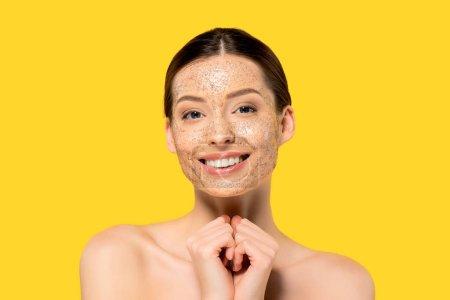 Photo pour Portrait de gaie fille nue avec masque pelant, isolé sur jaune - image libre de droit