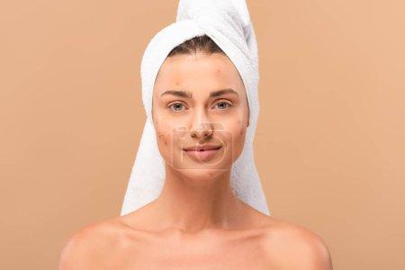 Photo pour Heureux nu fille dans serviette regarder caméra isolé sur beige - image libre de droit