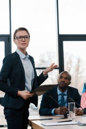 Photo pour Foyer sélectif de geste diplomate attrayant tout en parlant représentant afro-américain proche - image libre de droit