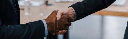 Photo pour Plan panoramique de femme d'affaires serrant la main d'un homme d'affaires afro-américain - image libre de droit