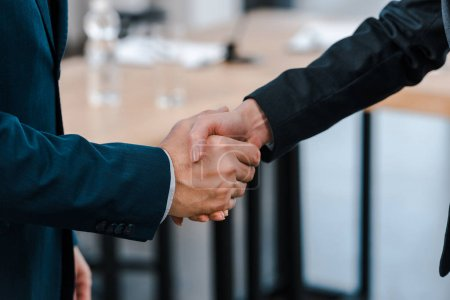 Photo pour Crochet vue d'une femme d'affaires serrant la main d'un homme d'affaires - image libre de droit