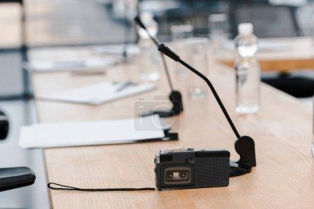 Photo pour Mise au point sélective de l'enregistreur près des microphones sur la table - image libre de droit
