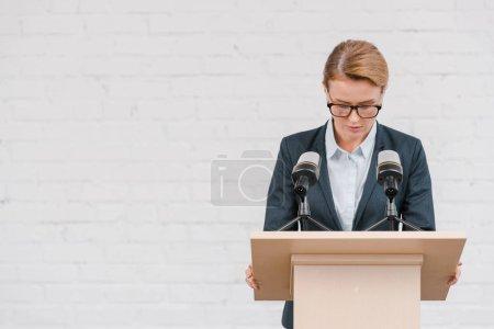 Foto de Hermoso altavoz de pie cerca de micrófonos y paredes de ladrillo - Imagen libre de derechos