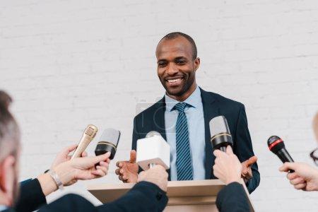 Foto de La visión descabellada de los periodistas que tienen micrófonos cerca de un diplomático afroamericano feliz. - Imagen libre de derechos